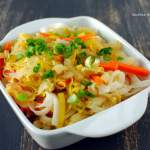 Stir fry z makaronem ryżowym, kapustą i porem