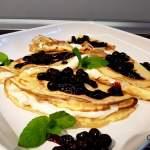 Francuskie naleśniki z kremem mascarpone i sosem z czarnej porzeczki