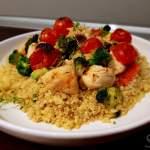 Kurczak z grillowanymi pomidorami i brokułami z kaszą