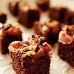 Jogurtowo- czekoladowe ciasto z brzoskwiniami i orzechami