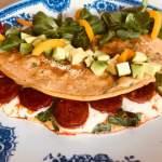 Omlet szpinakowy z chorizo i mozarellą