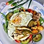 Sałatka z grillowanych warzyw z kurczakiem i jajkiem sadzonym
