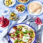 Izraelskie śniadanie: smażony bakłażan z hummusem i jajkiem w koszulce
