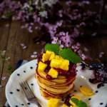 Kokosowe pancakes z musem malinowym i mango
