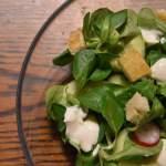 Lekka sałatka z roszponką i grzankami