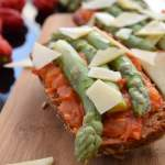 Pikantne tosty ze smażonymi pomidorami i szparagami