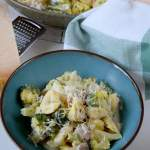 Serowe tortellini w sosie z szynką i brokułami