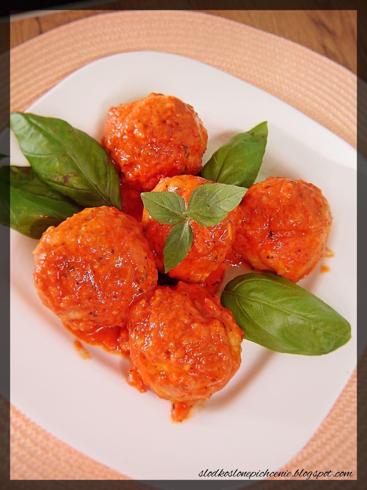 Pulpety z kaszą jaglaną w sosie pomidorowo-paprykowym