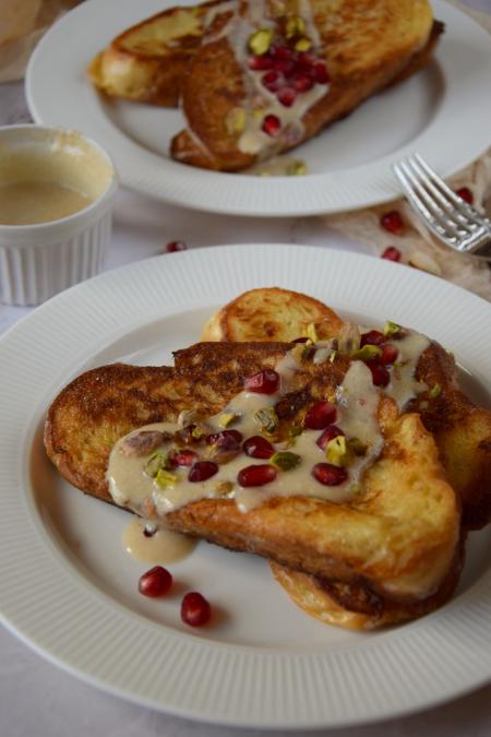 Tosty francuskie z sosem chałwowym i pestkami granatu