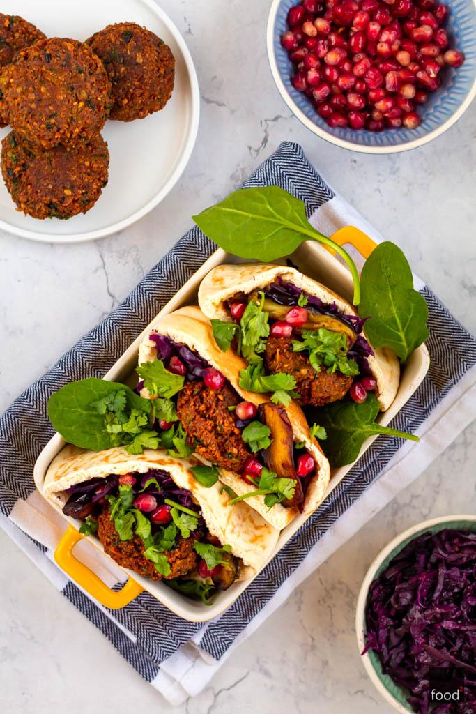 Pita z hummusem, falafelem i jednodniowym kimchi z czerwonej kapusty