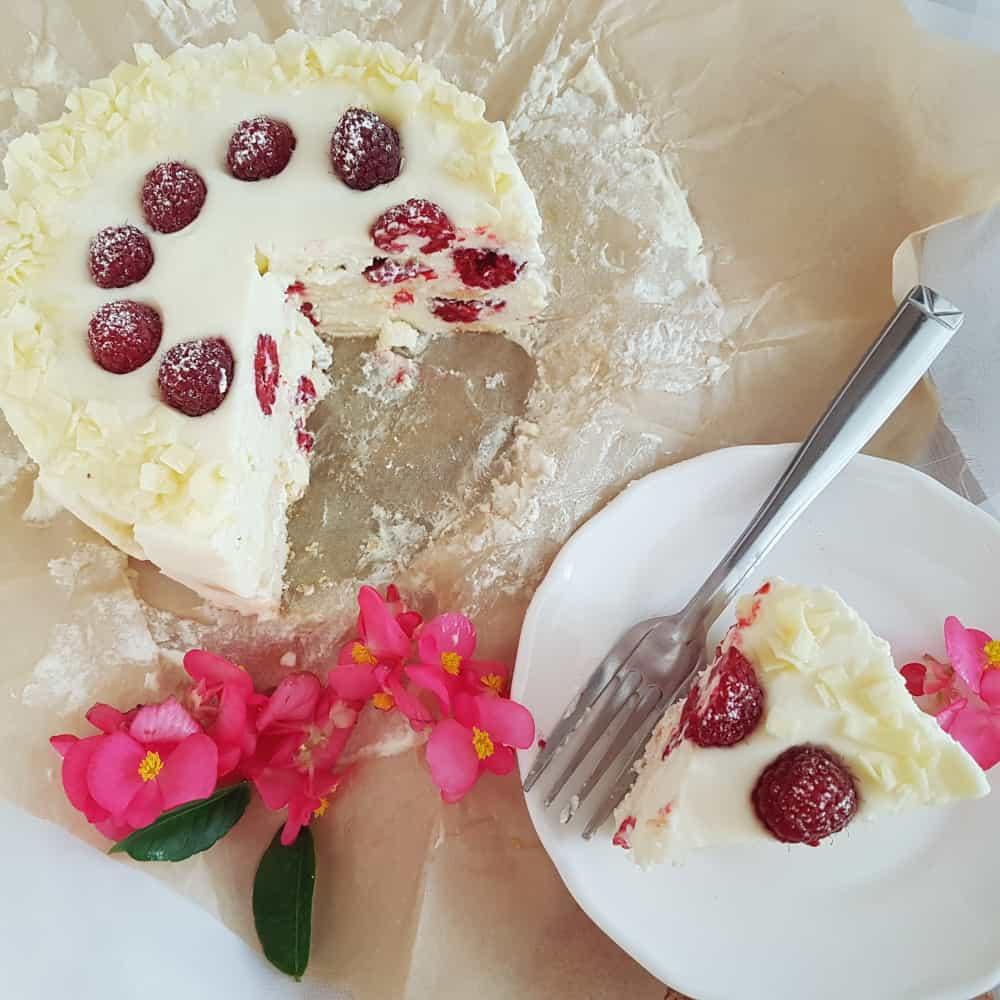 Tort urodzinowy bez pieczenia z malinami i białą czekoladą