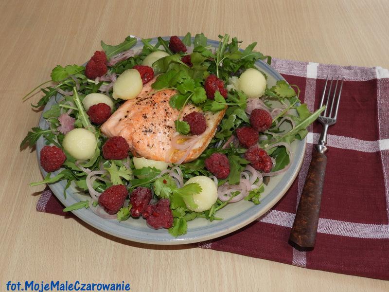 Sałatka z rukoli, pstrąga, melona i malin