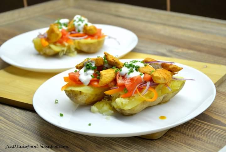 Kurczak z warzywami na pieczonym ziemniaku