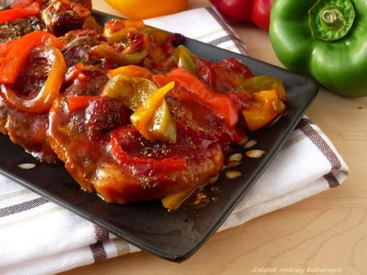 Karkówka pieczona w ketchupie z cebulą i papryką.