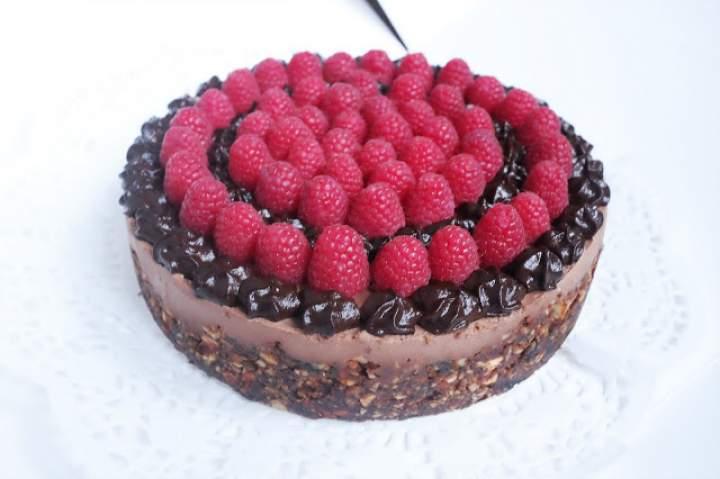Obłędny tort czekoladowy z masłem orzechowym RAW