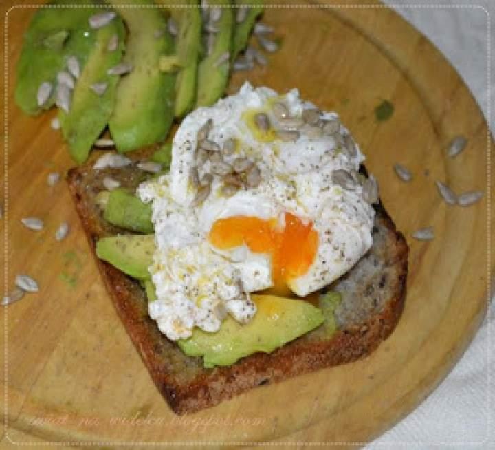 Jajko w koszulce z avocado na grzance