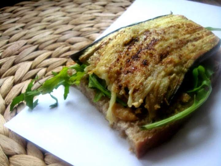 VEGANZA! kanapka z domowym masłem orzechowym i oberżyną
