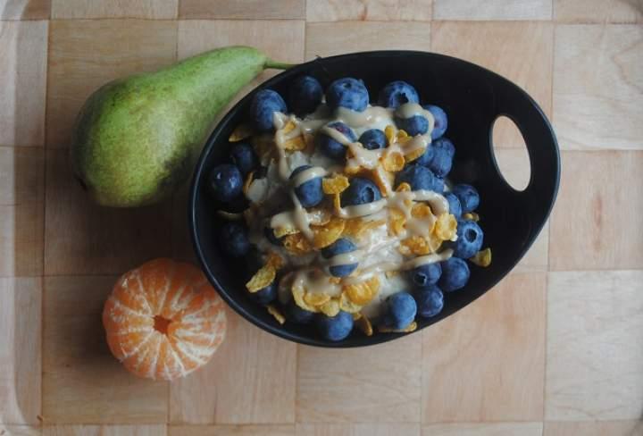 855. Waniliowo- arachidowe lody bananowe z borówkami i tahini