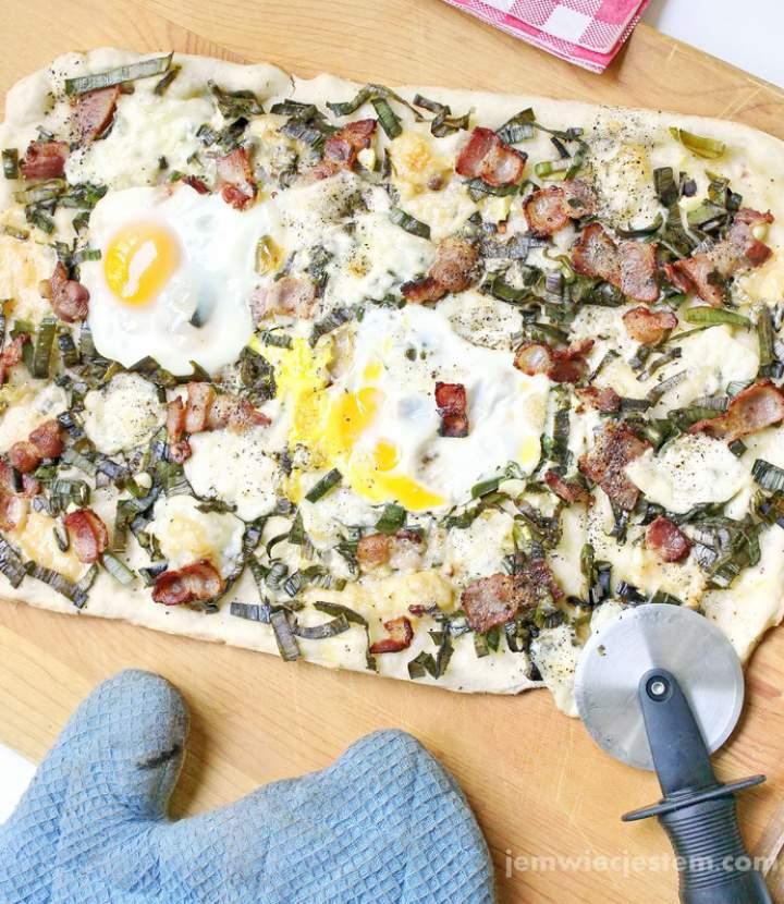 Pizza Polskie Smaki to boczek, por i jajko. Przepis specjalnie dla magazynu SMAQ