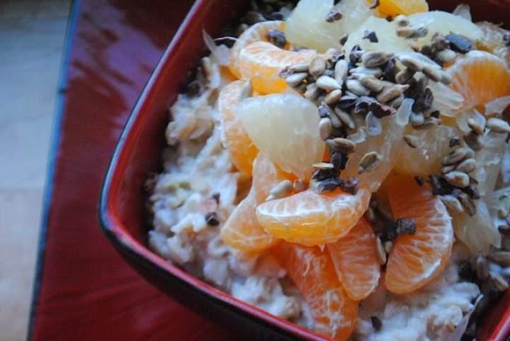 530. Jogurtowa jabłkowa owsianka z mandarynką, pomelo, słonecznikiem, kakaowcem i miodem