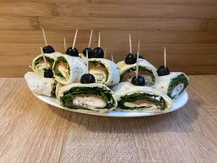 Tortillki z wędzonym łososiem i rukolą