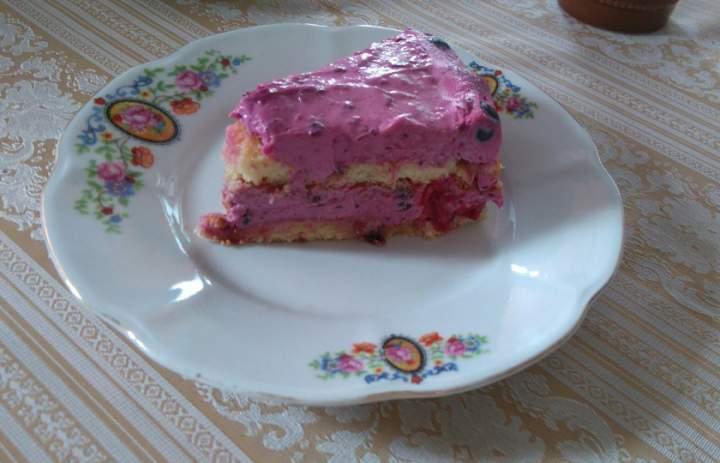 Błyskawiczne ciasto biszkoptowe z kremem porzeczkowym – bez pieczenia