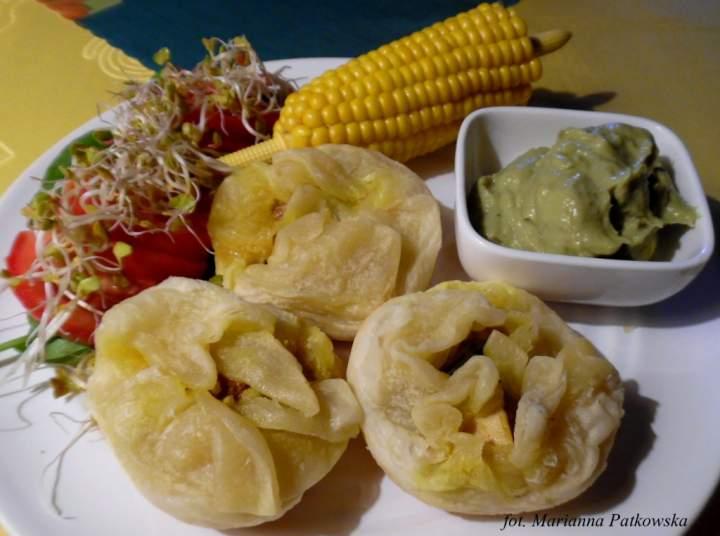 Jednopalnikowe kurosakiewki podane z guacamole i kolbą kukurydzy