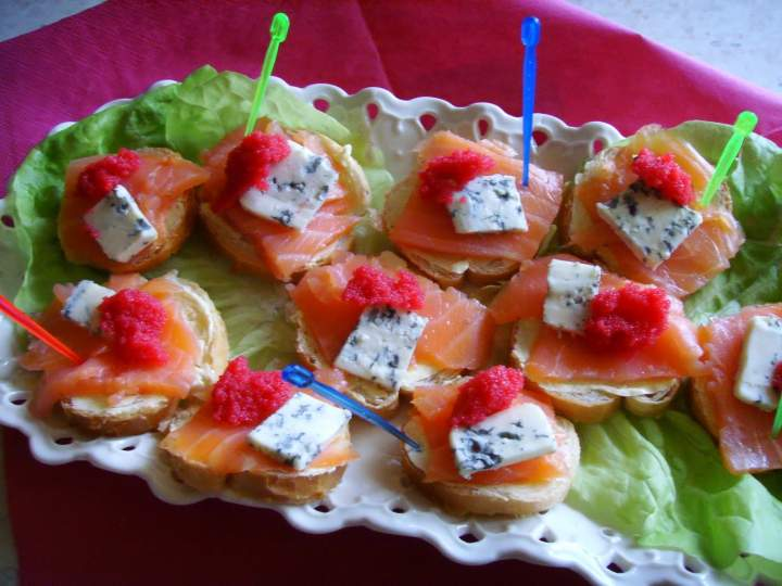 Imprezowe tartinki. Mini kanapeczki z łososiem, serem lazur i kawiorem.