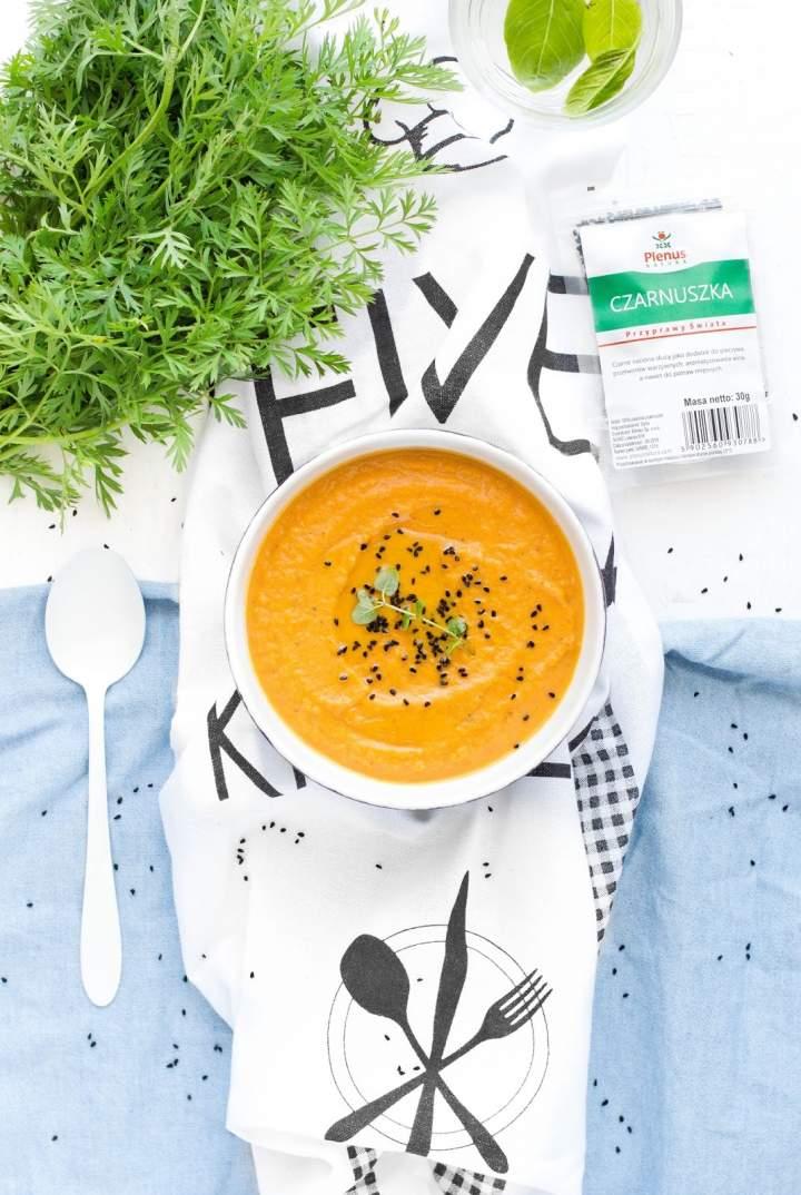 Zupa z pieczonej marchewki i batata z czarnuszką