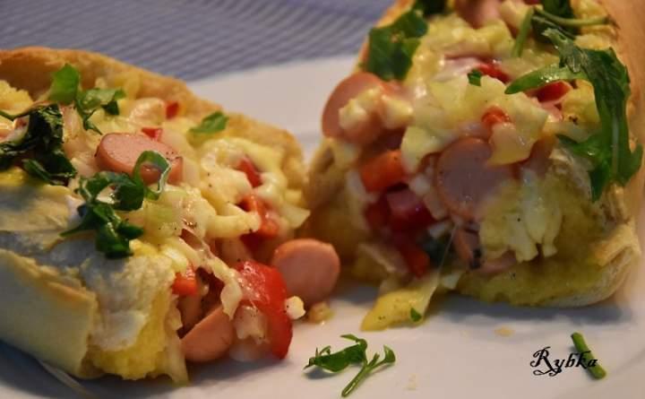 Zapiekanka z jajkami i parówką i serami
