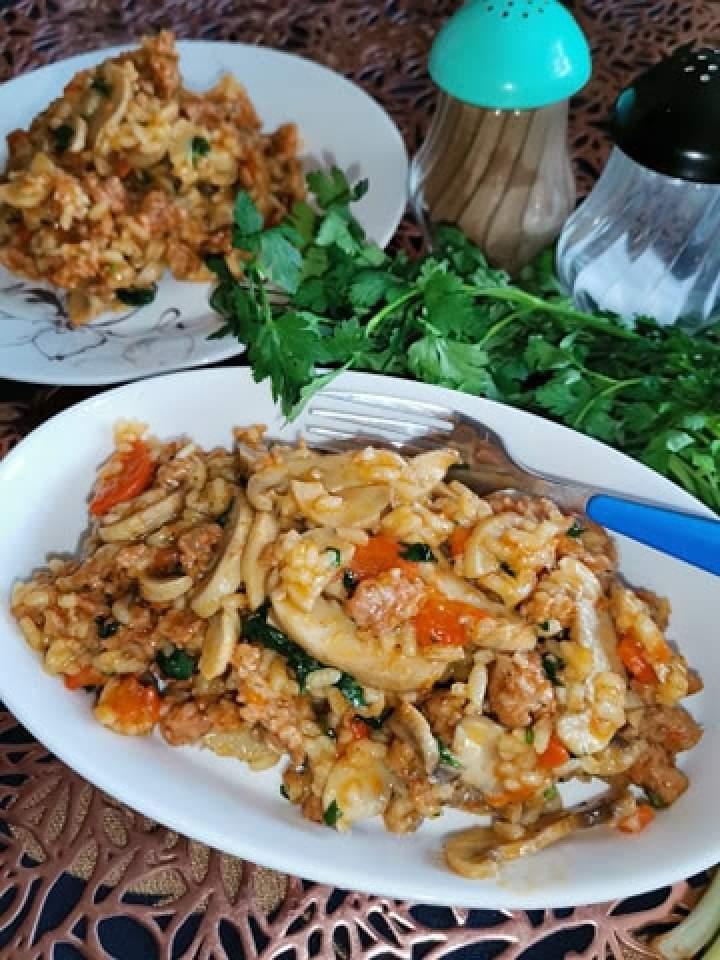 Potrawka jednogarnkowa z mięsem mielonym, ryżem i pieczarkami.