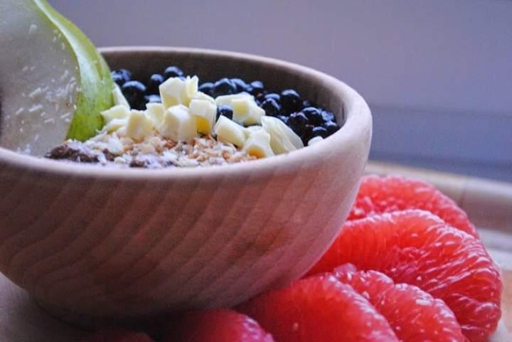 534. Surowa gryczanka karob- banan z jagodami, wiórkami, śmietanką kokosową, białą czekoladą