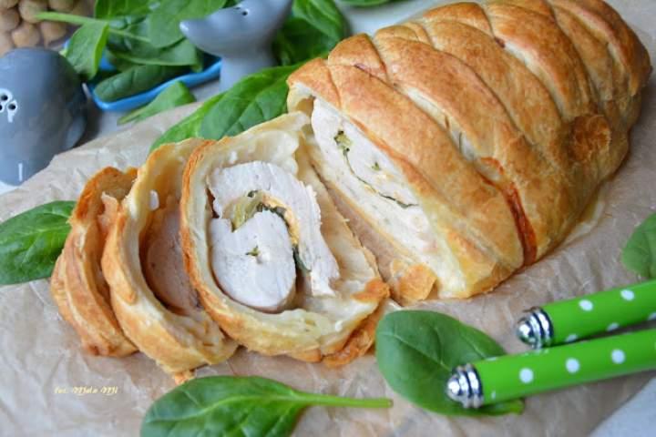 Pierś z indyka ze szpinakiem i paprykowym serem w cieście francuskim