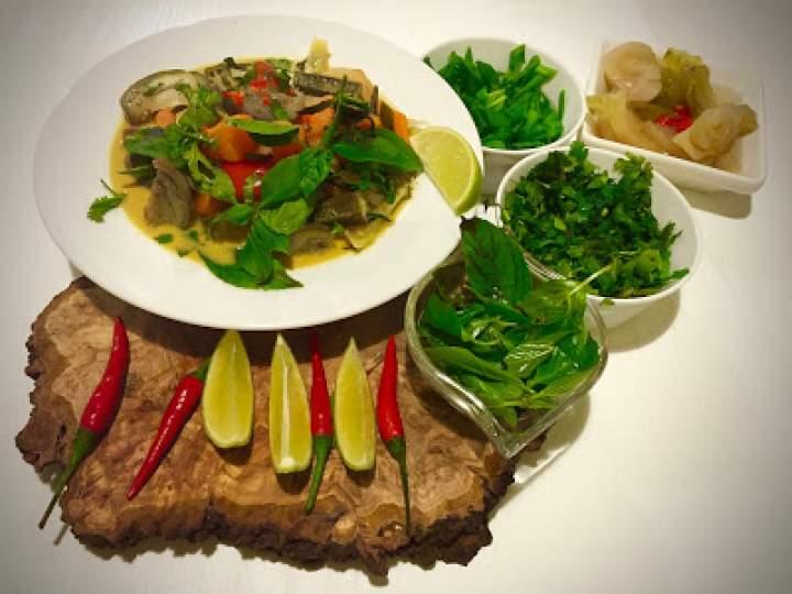 Tajskie żółte curry wegetariańskie. Yellow vegetarian thai curry.