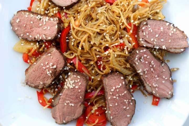 Pierś kaczki barberie pięć smaków z chow mein