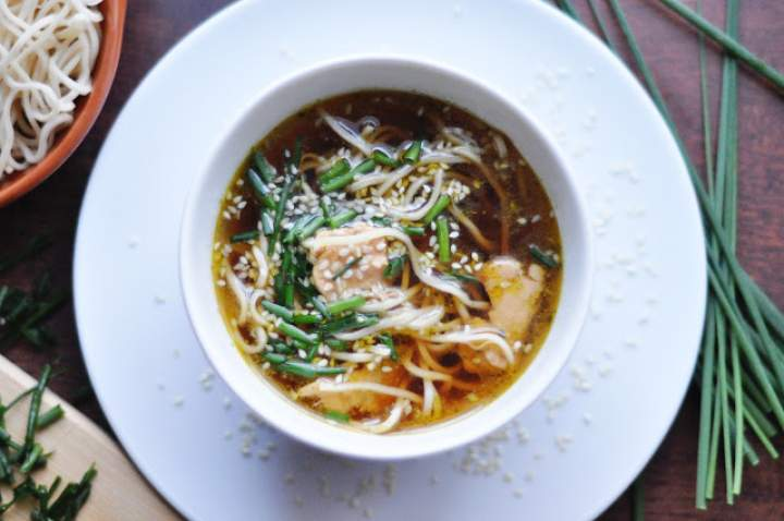 Tajski rosół z łososiem