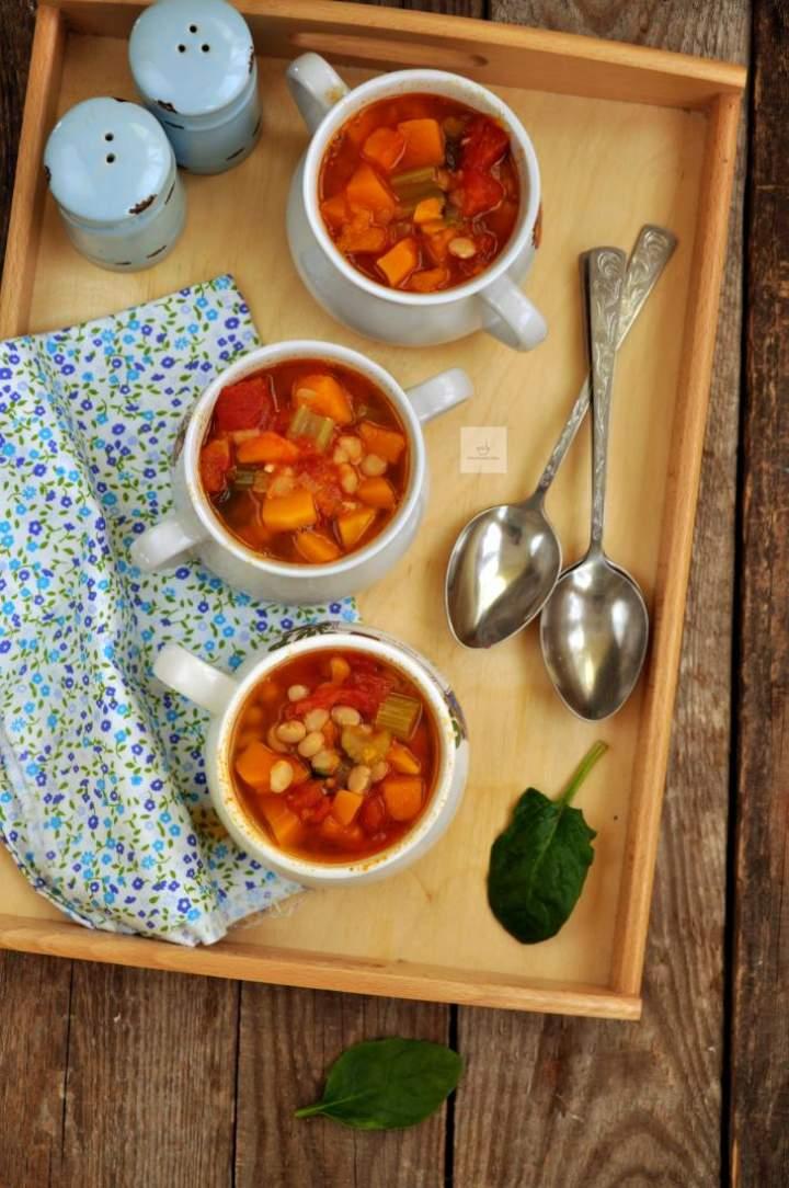 Jesienna zupa z dynią, fasolką i szpinakiem