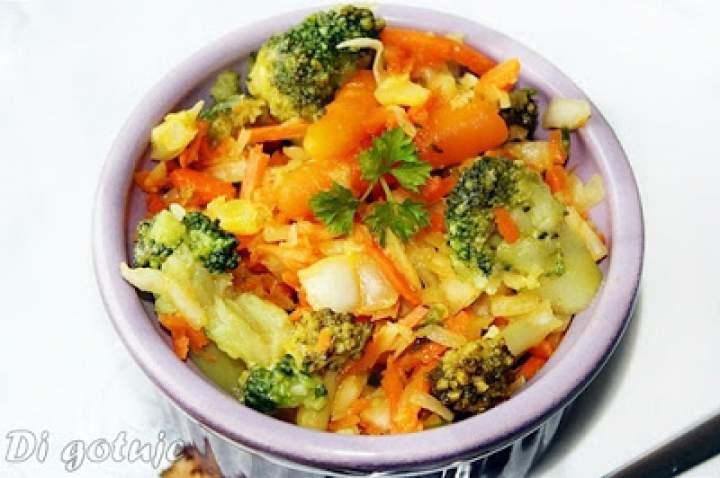 Surówka z białej kapusty z brokułem
