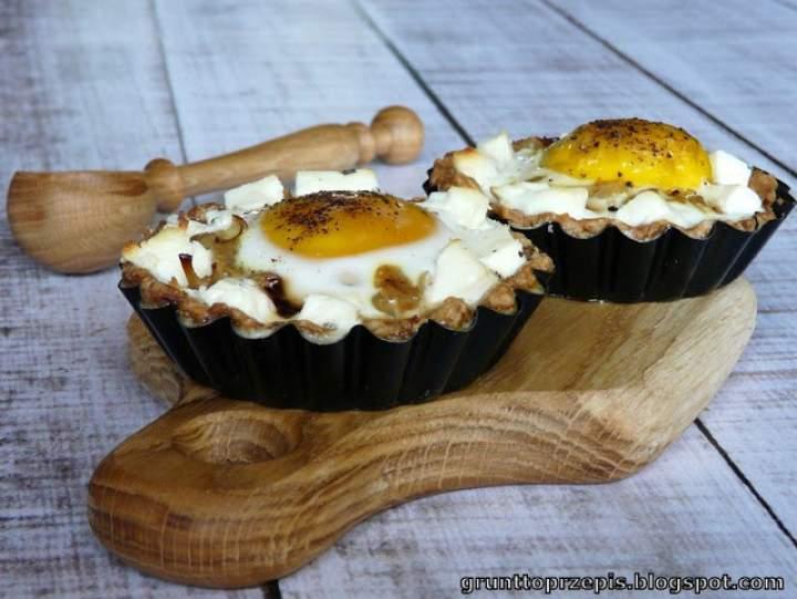 Tartaletki z boczkiem i jajkiem