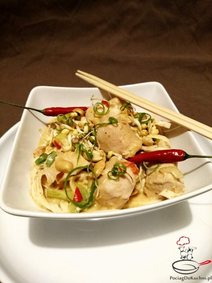 Kurczak po tajsku z makaronem ryżowym i curry