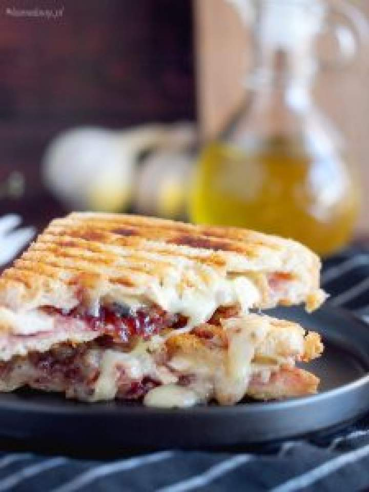 Tosty z indykiem, żurawiną i brie / Turkey Cranberry and Brie Sandwich
