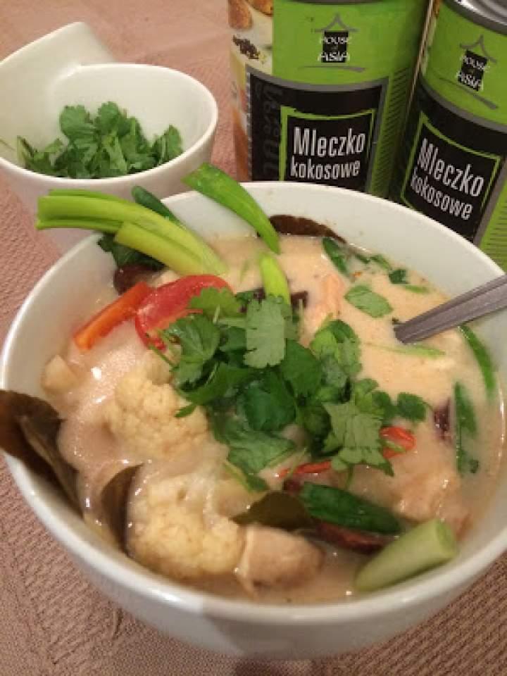 Tom kha z kurczakiem. Tajska zupa kokosowa z kurczakiem.