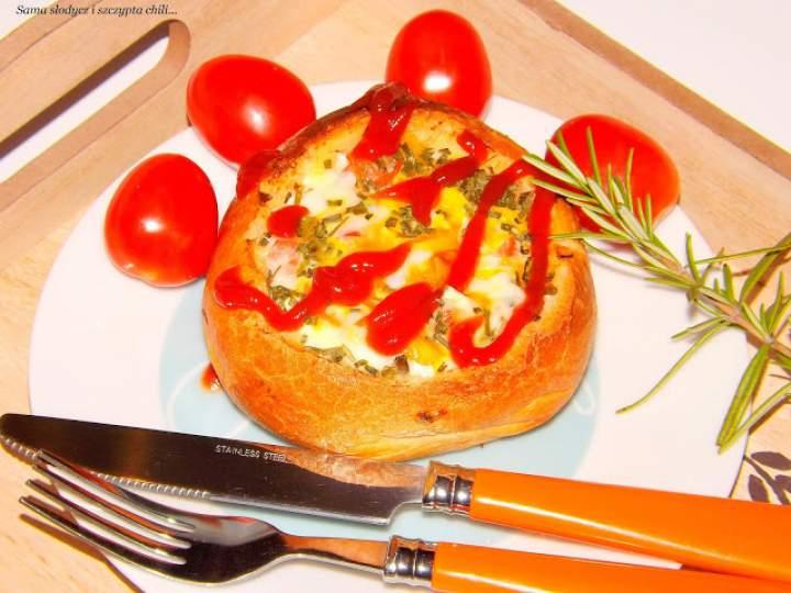 Zapiekanka w bułce z szynką, jajkiem i pomidorkami.