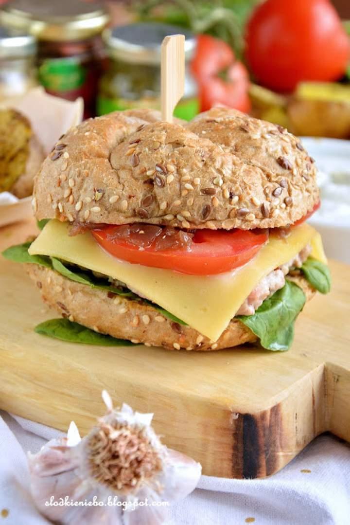 Hamburgery z konfiturą z czerwonej cebuli ze szpinakiem