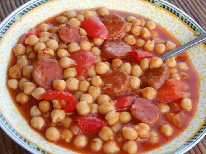 Cieciorka z chorizo w sosie pomidorowym