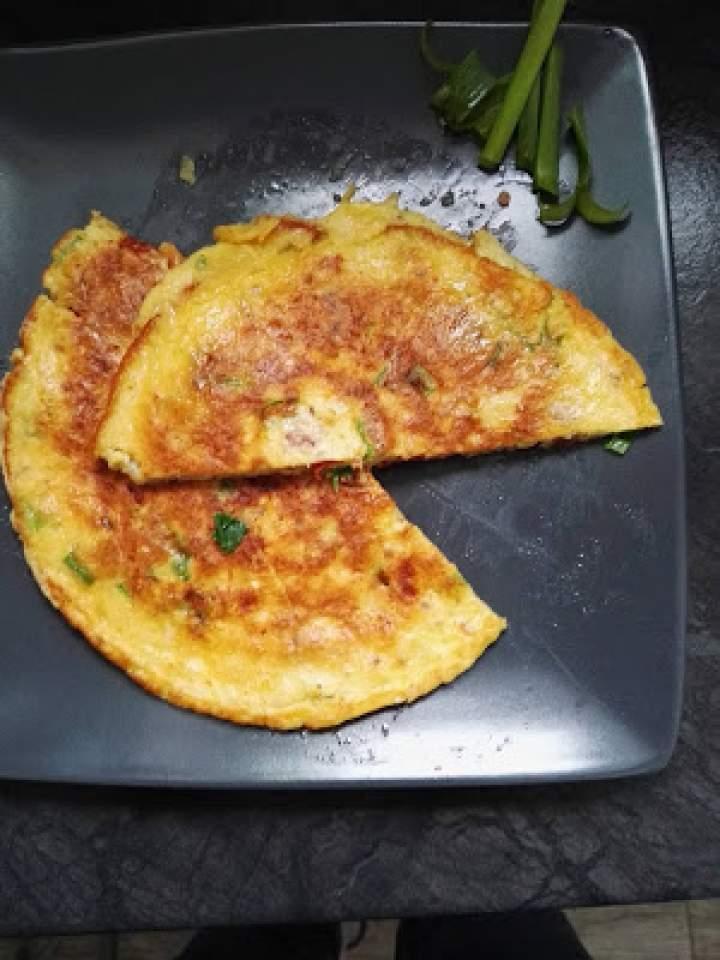 Omlet z suszonymi pomidorami i szczypiorkiem