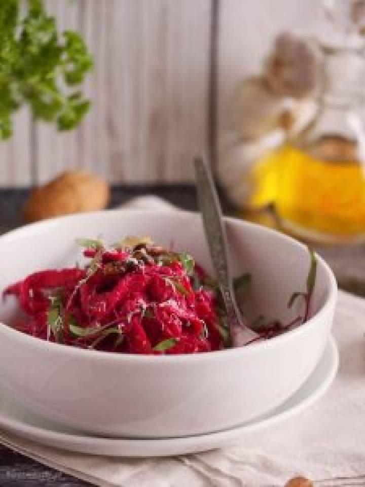Makaron z pesto buraczkowym / Pasta with beetroot pesto