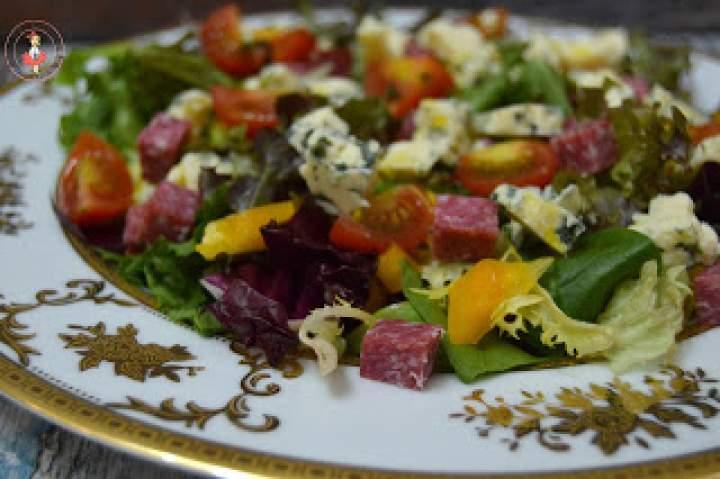 Sałatka z serem pleśniowym i salami