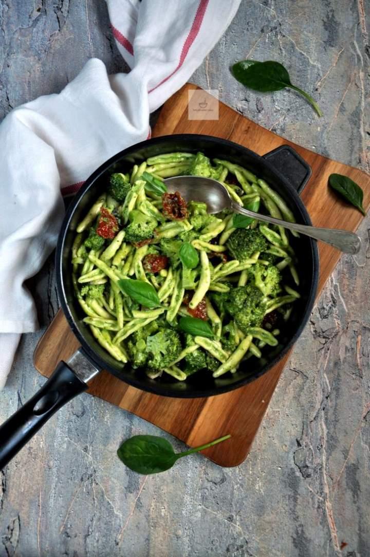 Makaron z pesto, brokułem i suszonymi pomidorami