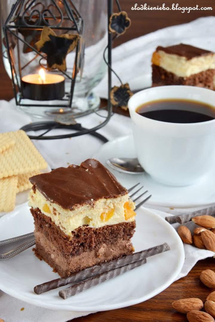 Ciasto Ambasador – biszkopt z kremem, herbatnikami i polewą czekoladową